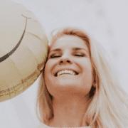 Lachende vrouw met ballon