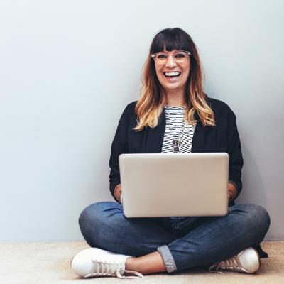 Deelnemer training Effectief thuiswerken met laptop op schoot
